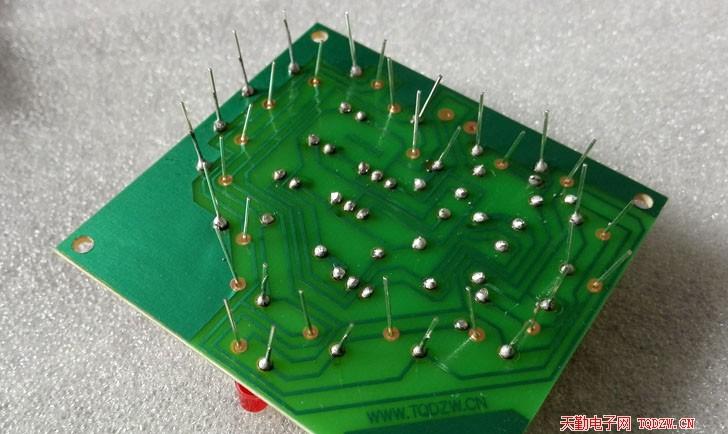 6,将led插在电路板上之后,现焊接led的一只引脚,焊好后整理一下led,不